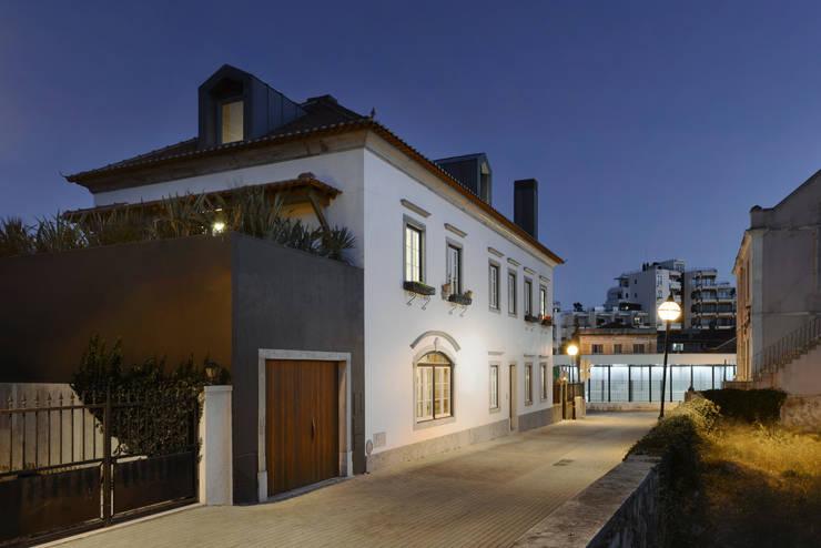 Casa em S. Pedro do Estoril: Casas  por Ricardo Moreno Arquitectos