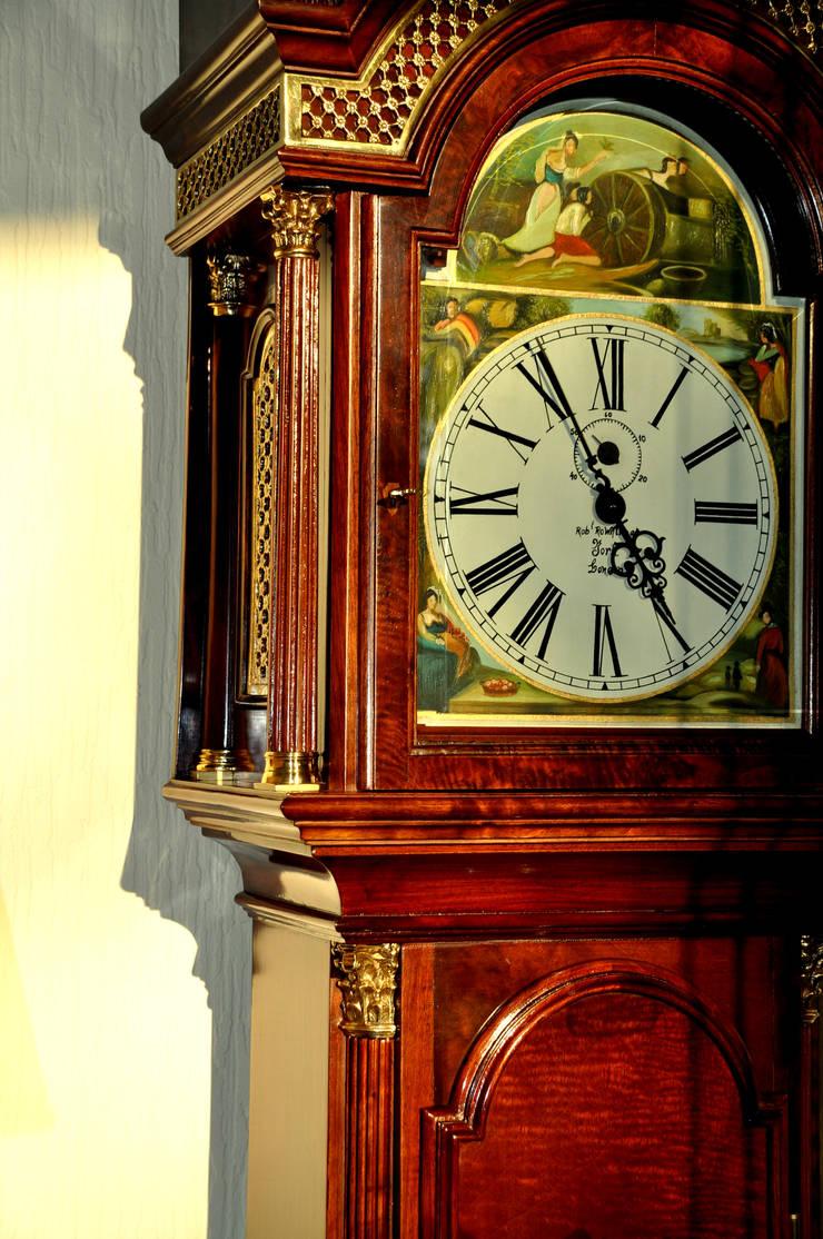 Relógio caixa alta estilo inglês: Sala de estar  por Gioconda design de interiores