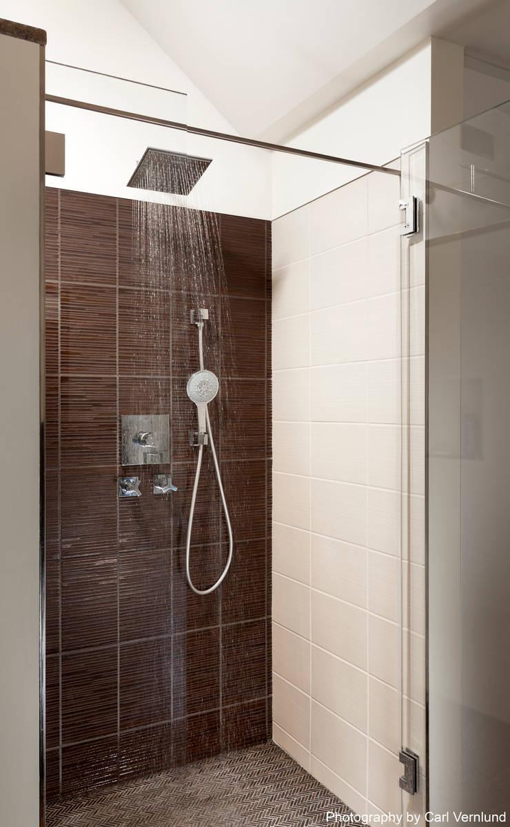 A Window to the Serenity: Penguin Environmental Design L.L.C.が手掛けた浴室です。