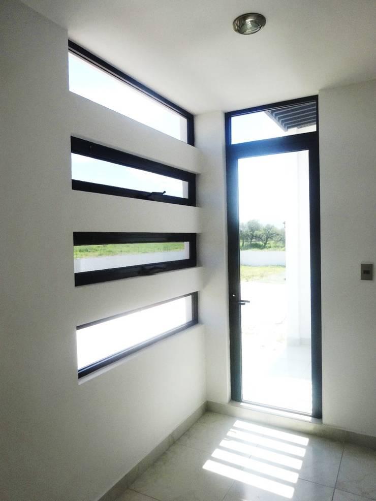 Acceso al Balcón: Recámaras de estilo  por CONSTRUCTORA ARQOCE
