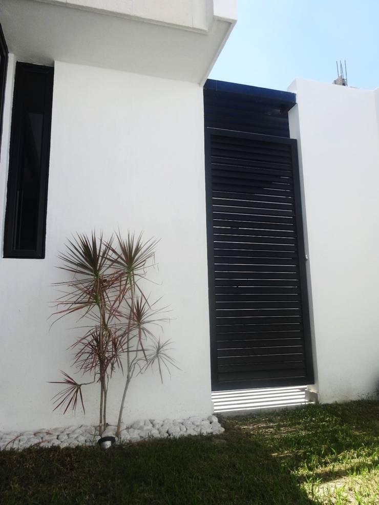 CASA MADERAS: Jardín de estilo  por CONSTRUCTORA ARQOCE