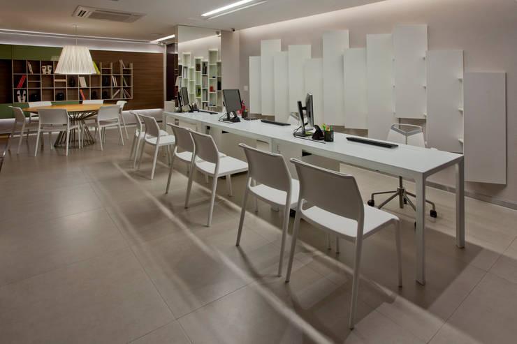 Showroom: Escritório e loja  por Ampla Ambientes