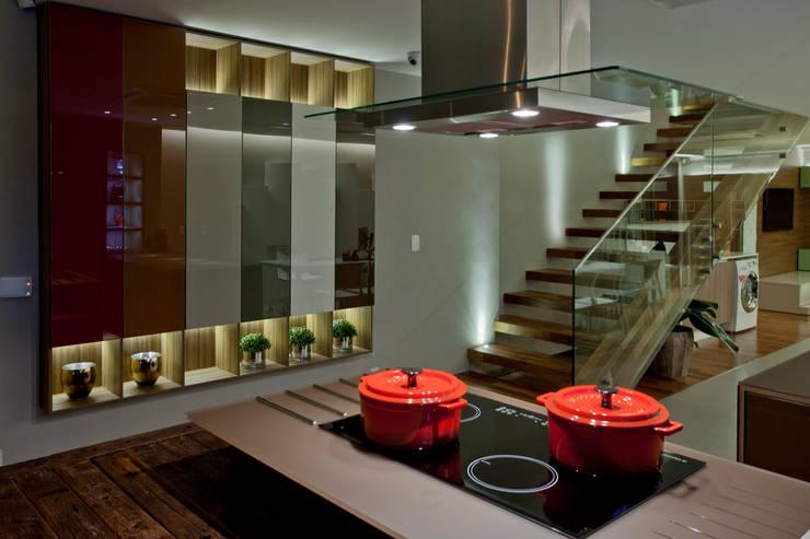 Showroom: Cozinha  por Ampla Ambientes