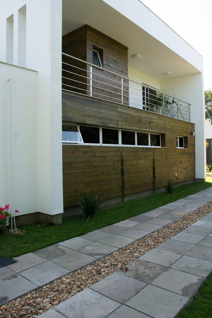CASA GUAIBA-RS: Casas modernas por HAPPY Arquitetura
