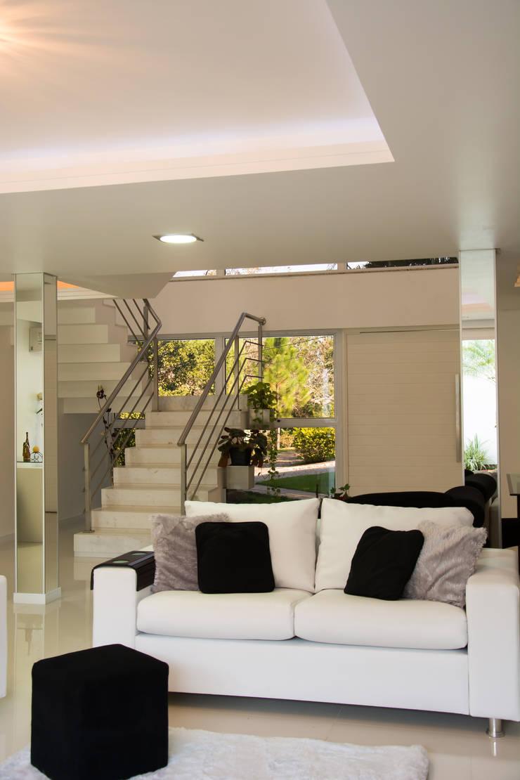 CASA GUAIBA-RS: Salas de estar modernas por HAPPY Arquitetura