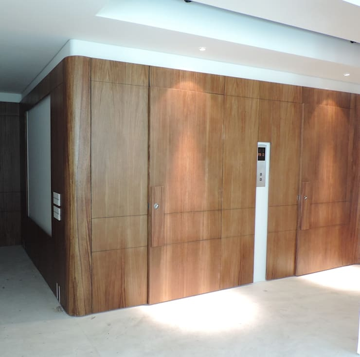 Carpintería de obra y mobiliario. : Vestíbulos, pasillos y escaleras de estilo  por Spazio Interior