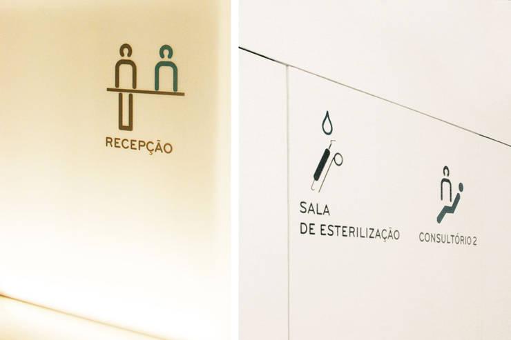 dental clinic sandra rabaça: Corredores e halls de entrada  por Artspazios, arquitectos e designers