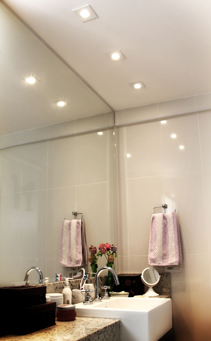 Banheiro Funcional: Banheiro  por Cromalux Sistemas de Iluminação Ltda