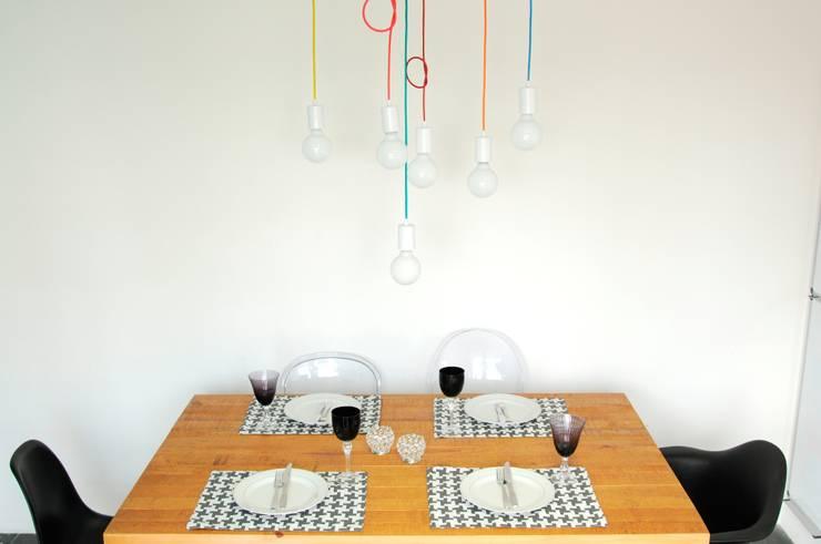 Menos é Mais...: Sala de jantar  por Cromalux Sistemas de Iluminação Ltda,