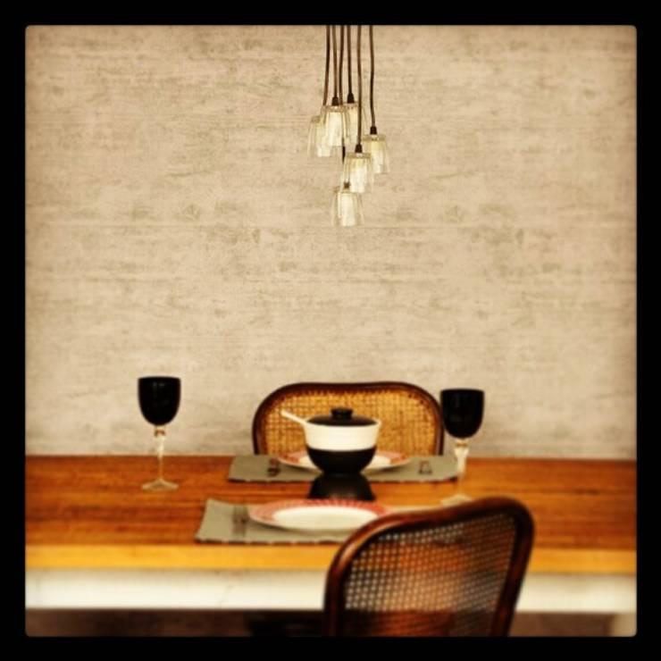 Resignificando o copo de bar...: Sala de jantar  por Cromalux Sistemas de Iluminação Ltda