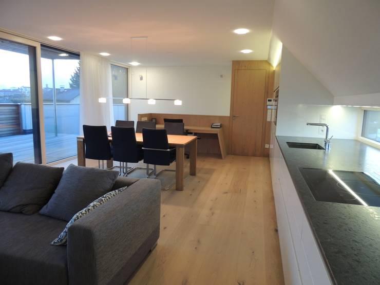 Wohn/Ess/Koch- und Arbeitsraum: moderne Esszimmer von Hergan Architektur