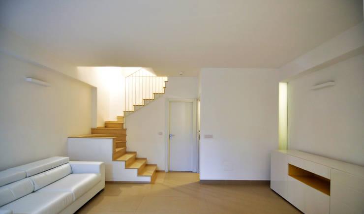 Salones de estilo moderno de Moduloquattro Architetti Associati