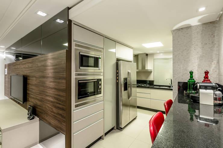 Família Rhoden : Cozinha  por larissa canziani