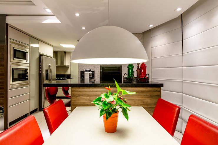 Família Rhoden : Sala de jantar  por larissa canziani