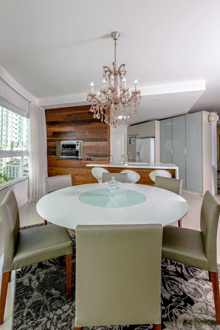 Família Oliveira: Sala de jantar  por larissa canziani