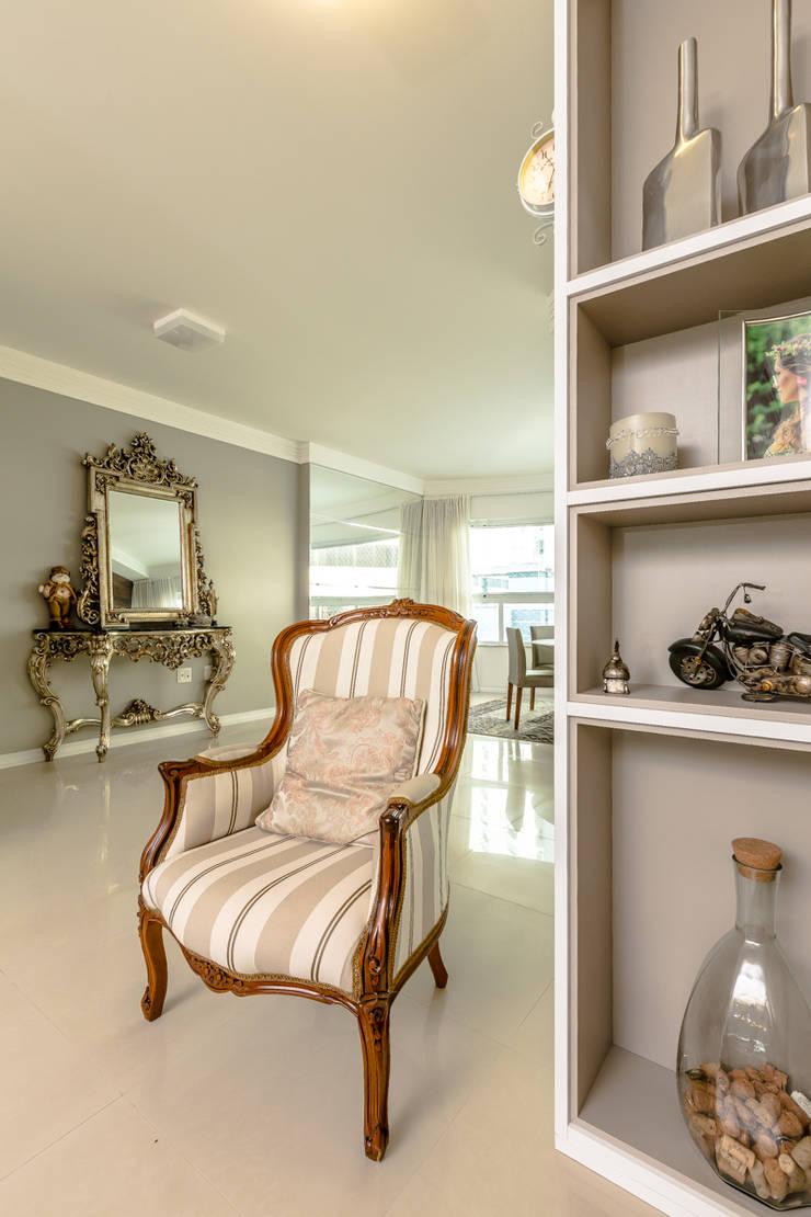 Família Oliveira: Sala de estar  por larissa canziani