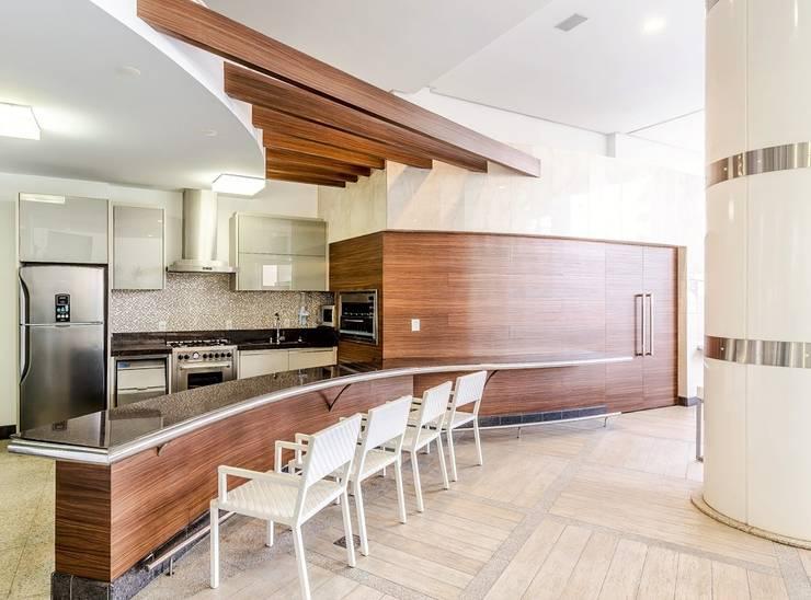 Palazo Ducalle: Piscinas  por larissa canziani ,Moderno Derivados de madeira Transparente