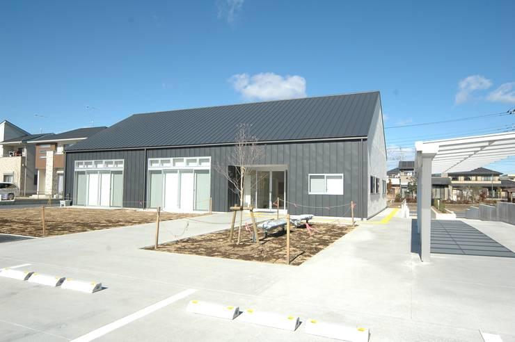 外観: 合同会社 栗原弘建築設計事務所が手掛けた和室です。