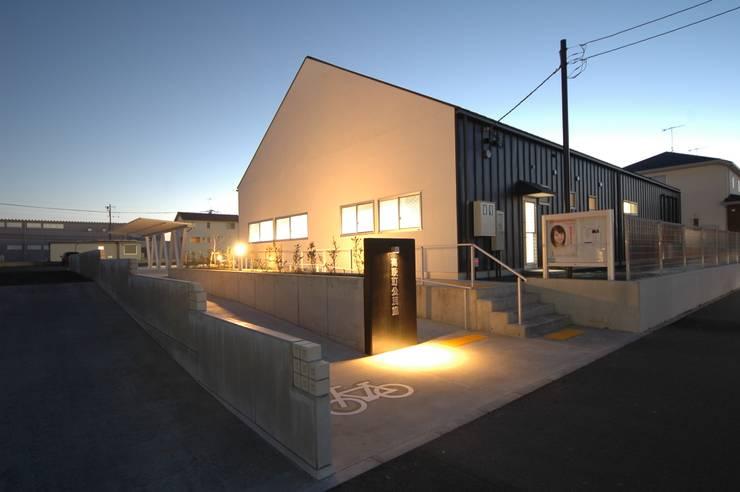 外観_夕刻: 合同会社 栗原弘建築設計事務所が手掛けた和室です。