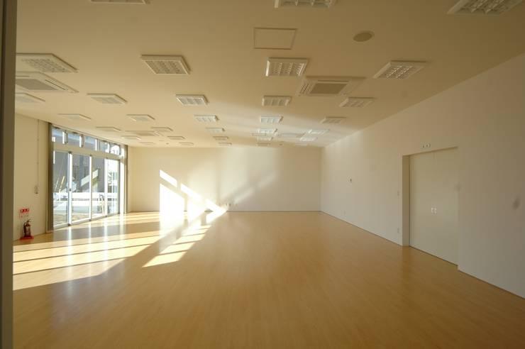 多目的ホール: 合同会社 栗原弘建築設計事務所が手掛けた和室です。