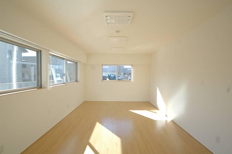 会議室: 合同会社 栗原弘建築設計事務所が手掛けた和室です。