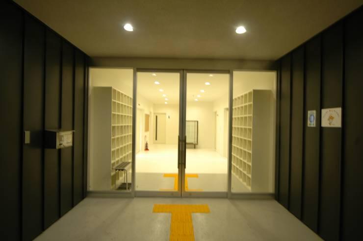 エントランス: 合同会社 栗原弘建築設計事務所が手掛けた和室です。