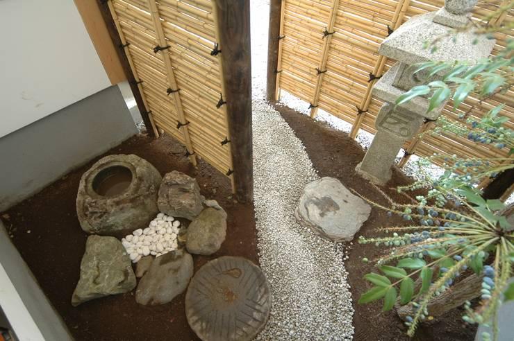 坪庭: 合同会社 栗原弘建築設計事務所が手掛けた庭です。,