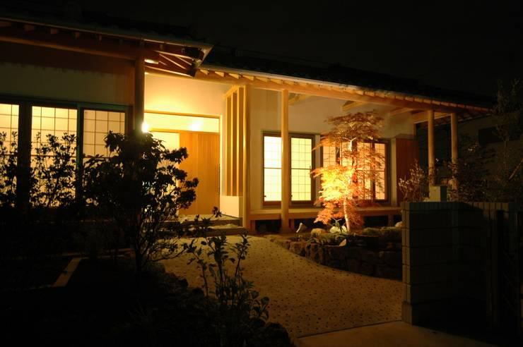 アプローチ: 合同会社 栗原弘建築設計事務所が手掛けた廊下 & 玄関です。,