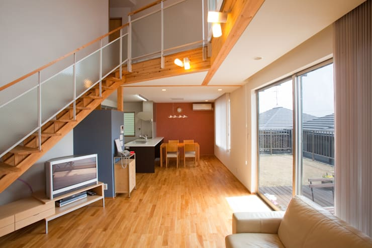 香芝の家: 株式会社 atelier waonが手掛けたリビングです。