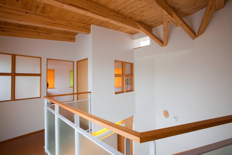 香芝の家: 株式会社 atelier waonが手掛けた廊下 & 玄関です。