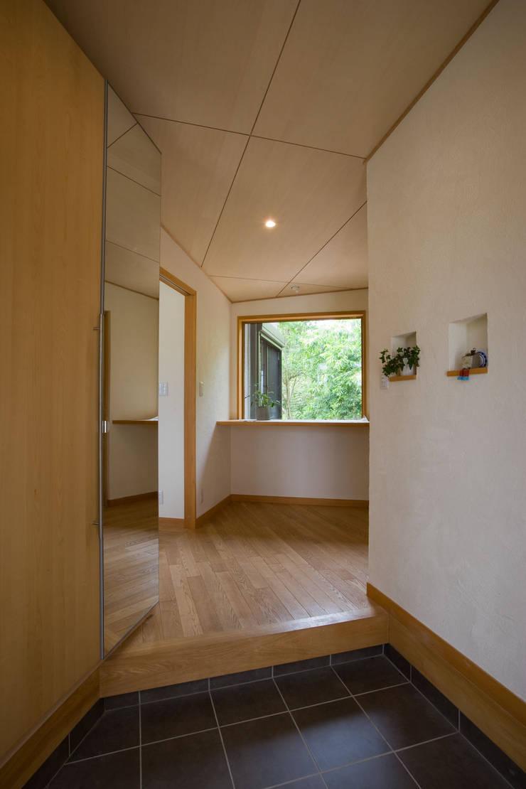 五條の家: 株式会社 atelier waonが手掛けた廊下 & 玄関です。
