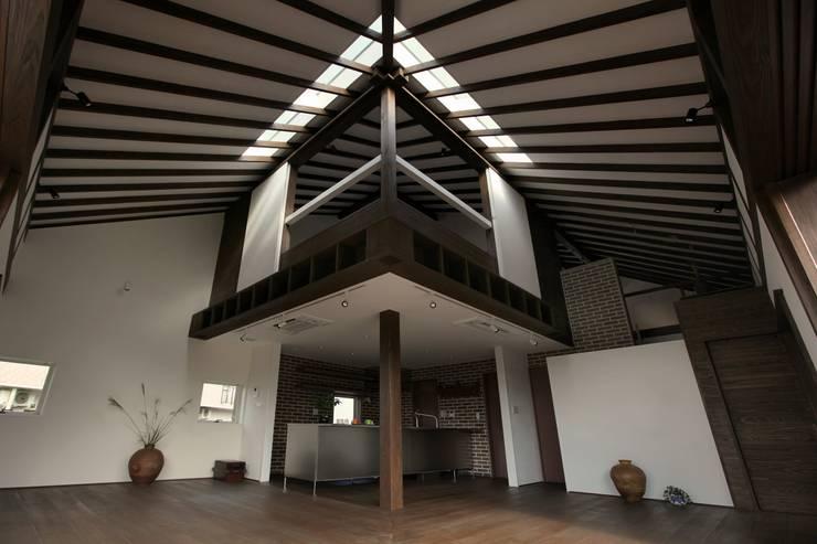 Salon de style  par フィールド建築設計舎