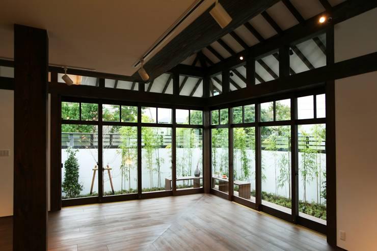 リビングの大開口1: フィールド建築設計舎が手掛けた窓です。