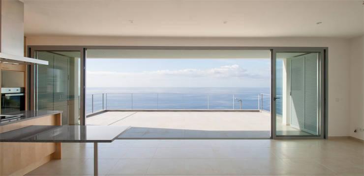 widescreen house: Salas de jantar  por Mayer & Selders Arquitectura