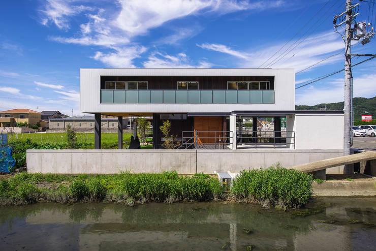 住宅棟外観(南側水路より): フィールド建築設計舎が手掛けた家です。