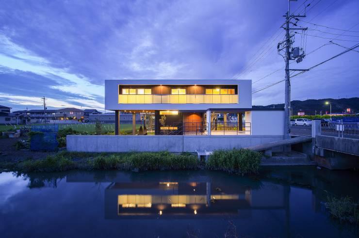 住宅棟外観(夜景): フィールド建築設計舎が手掛けた家です。
