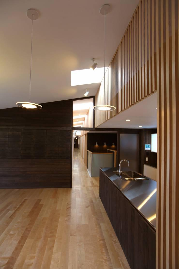 住居棟 LDK: フィールド建築設計舎が手掛けたリビングです。