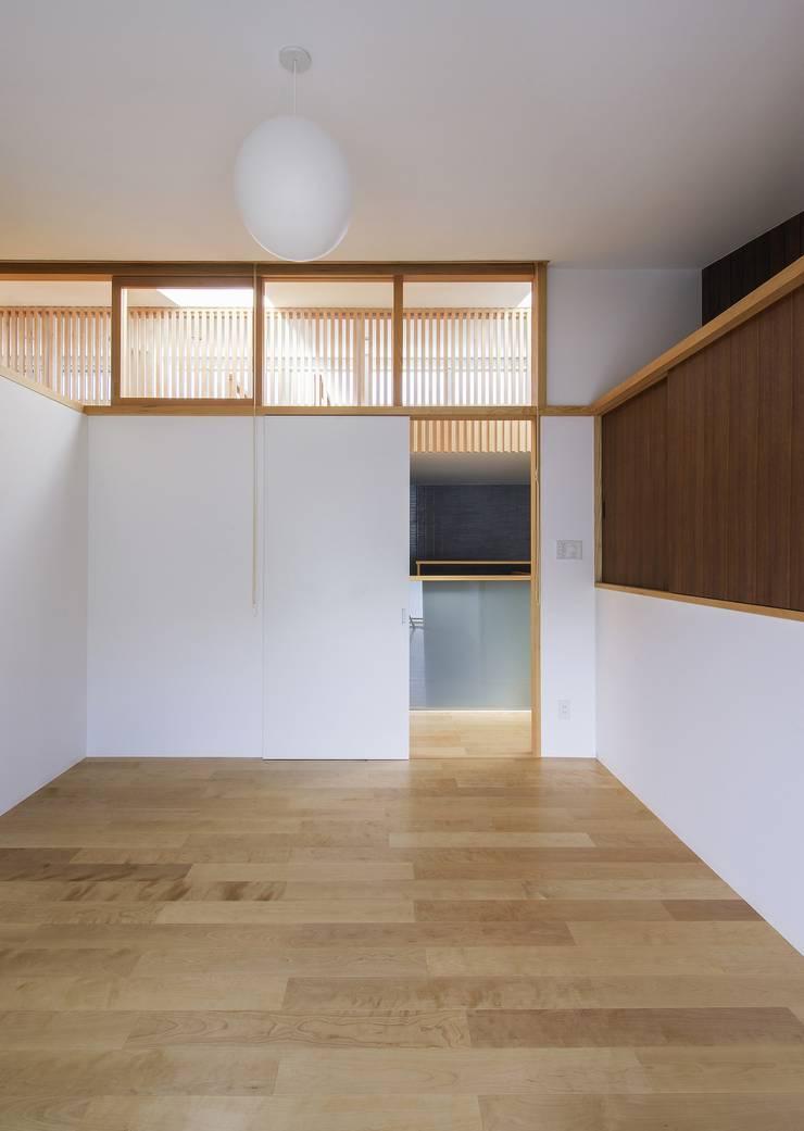住戸棟 個室: フィールド建築設計舎が手掛けた寝室です。