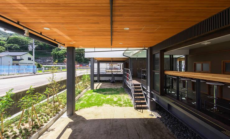 店舗棟 ピロティ(床下)スペース1: フィールド建築設計舎が手掛けたベランダです。