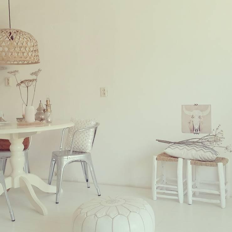 Marokkaanse Poef Wit:   door House of Khmissa, Scandinavisch Leer Grijs