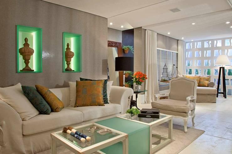 Suavidade que traduz conforto e bem estar!! : Salas de estar  por Bianka Mugnatto Design de Interiores,