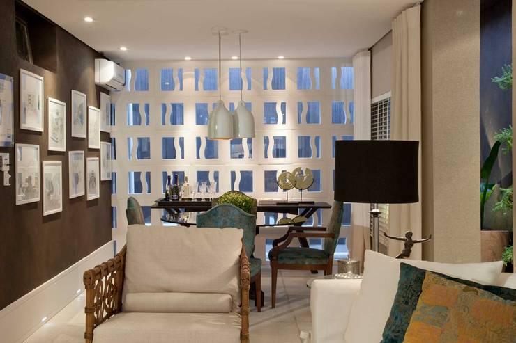 Suavidade de cores e texturas que proporcionam conforto e bem estar! : Salas de estar  por Bianka Mugnatto Design de Interiores,