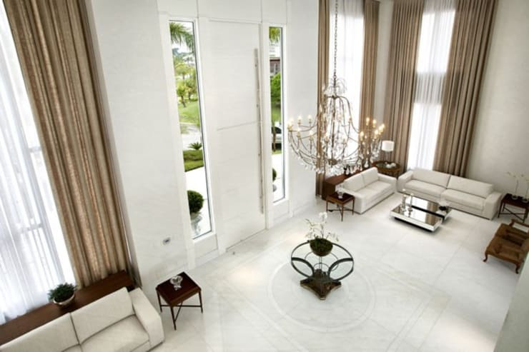 Branco como protagonista nesta casa no litoral brasileiro .: Salas de estar  por Bianka Mugnatto Design de Interiores,Eclético  de madeira e plástico