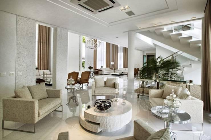 Branco como protagonista nesta casa no litoral brasileiro .: Salas de estar  por Bianka Mugnatto Design de Interiores,Eclético