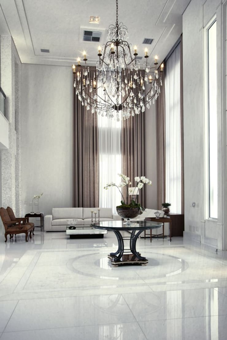 Branco como protagonista nesta casa no litoral brasileiro .: Corredores e halls de entrada  por Bianka Mugnatto Design de Interiores,Eclético Pedra