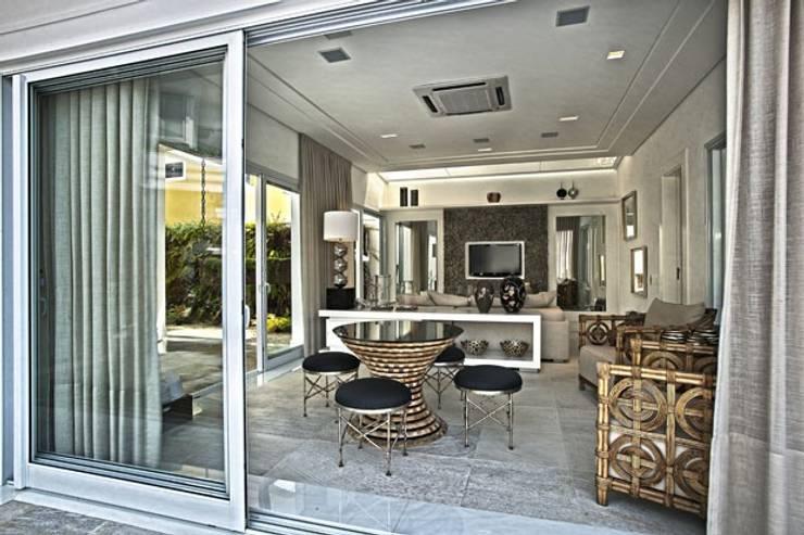 Branco como protagonista nesta casa no litoral brasileiro .: Salas multimídia  por Bianka Mugnatto Design de Interiores,Eclético