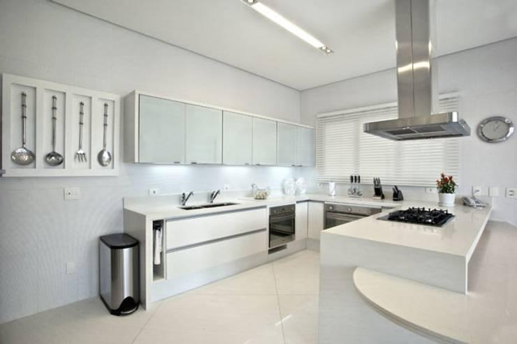 Branco como protagonista nesta casa no litoral brasileiro .: Cozinhas  por Bianka Mugnatto Design de Interiores,Eclético  de madeira e plástico