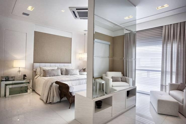 Branco como protagonista nesta casa no litoral brasileiro .: Quartos  por Bianka Mugnatto Design de Interiores,Eclético Fibra natural Bege