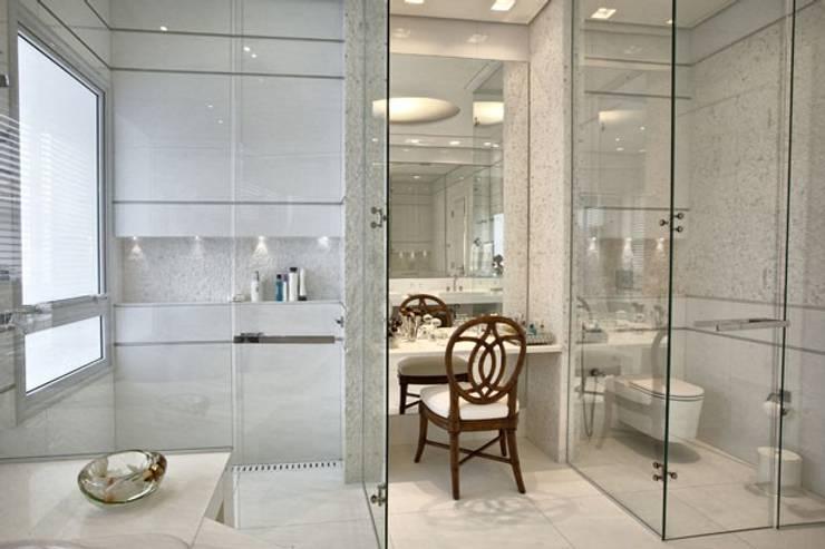 Branco como protagonista nesta casa no litoral brasileiro .: Banheiros  por Bianka Mugnatto Design de Interiores,Eclético Pedra