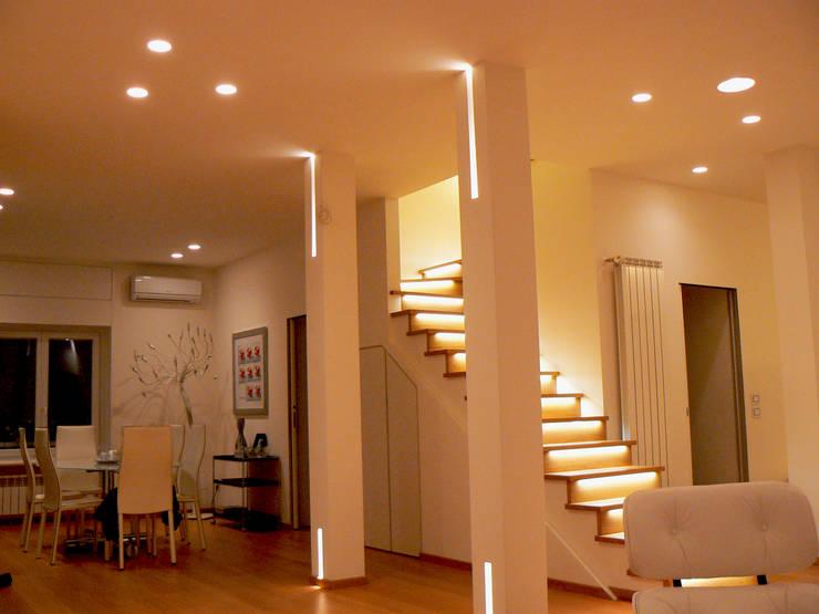 Couloir, entrée, escaliers de style  par Lighting and...